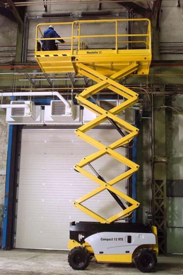 Эксплуатация ножничного подъемника Compac t12 RTE в обслуживании кондиционеров