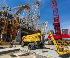 Телескопический подъемник участвует в строительстве стадиона в городе Волгоград