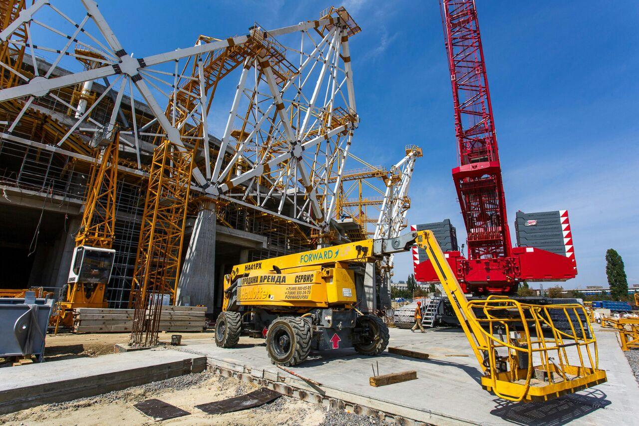 Коленчатый подъемник участвует в строительстве стадиона в городе Волгоград